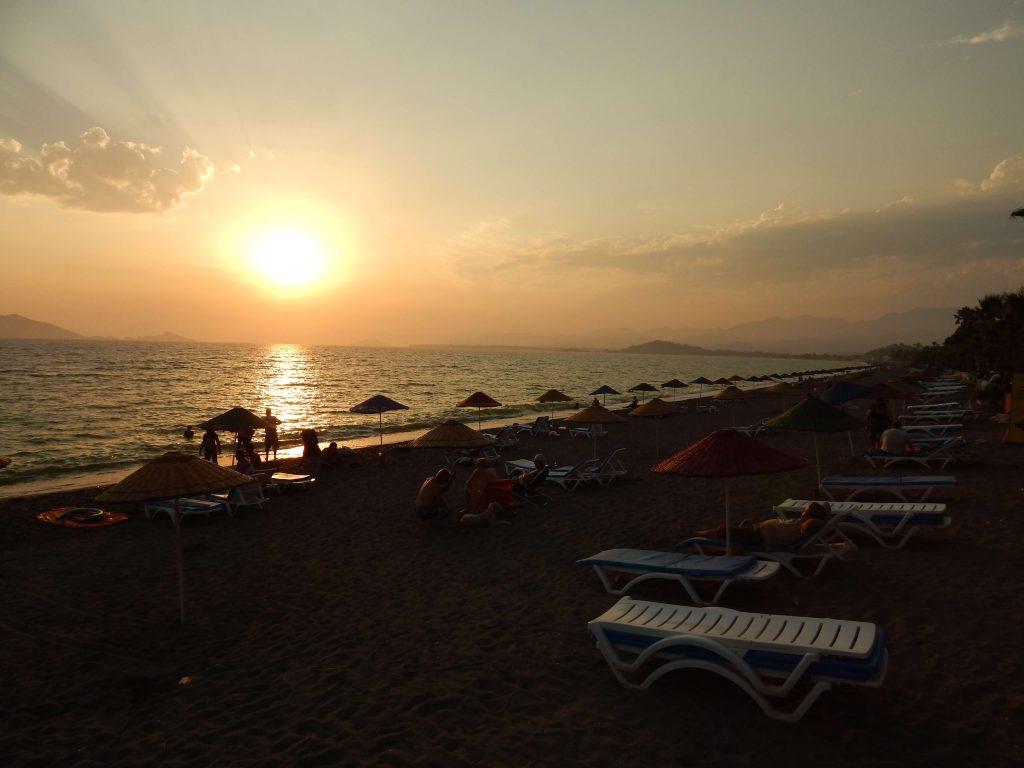 Çalış Plajı Fethiye Günbatımı ve Denize Giren İnsanlar.